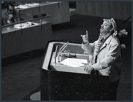 13 de novembro de 1974 – Yasser Arafat chefe da OLP, pela primeira vez diante da assembleia das Nações Unidas
